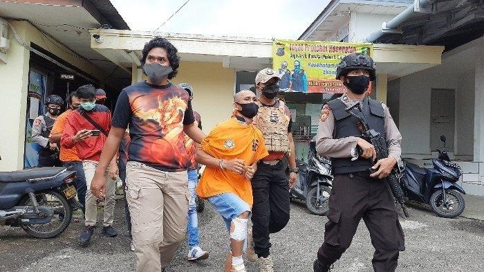 Abdullah Yahya saat dengan kondisi jalan pincang karena ada luka tembakan di kaki saat dikawal Anggota Polres Bangka ketika digelar Konferensi pers pelaku pembunuh Ayu (29) di Penginapan Dewi Resident II, Kacangpedang, Kota Pangkalpinang, Senin (23/11/2020).