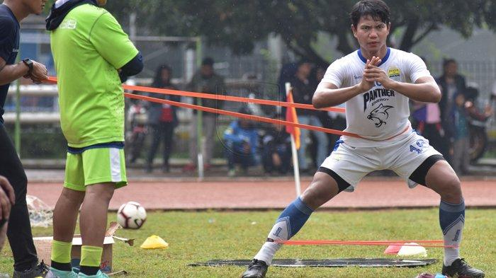 Pemain anyar Persib Bandung, Achmad Jufiryanto, saat menjalani latihan terpisah di Lapangan Saraga ITB, Bandung, Jumat (19/4/2019). Sebelum bergabung dengan Persib, Jupe mengalami cedera saat membela klub lamanya.