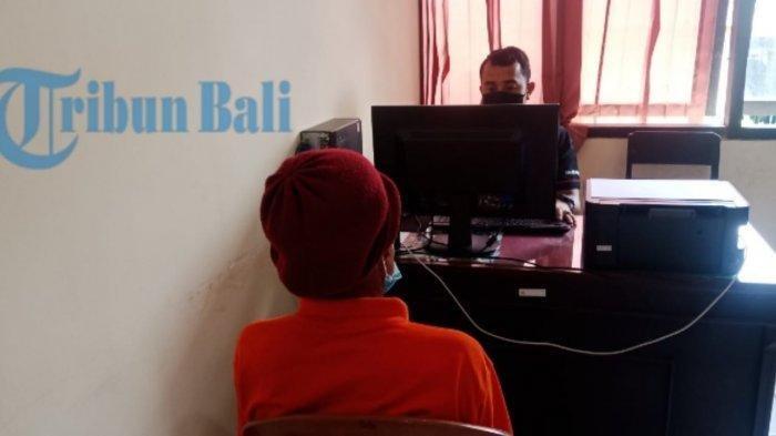 Terduga pelaku Made W saat sedang diperiksa di Polres Bangli, Kamis (16/9/2021).