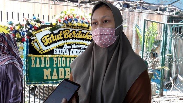 Adik ipar Briptu Andry Budhy Wibowo, Mega Putri Maharani (21) saat memberi keterangan di rumah duka, Cipayung, Jakarta Timur, Kamis (17/9/2020).