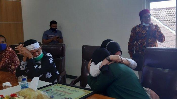 Agesti Ayu Wulandari (19) di pelukan ibunya Sumiyatun saat bertemu di Kejaksaan Negeri Demak, Rabu (13/01/2021).