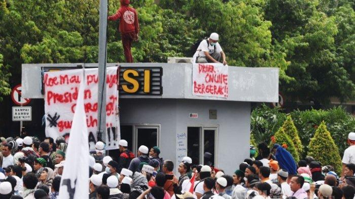 Sejumlah massa aksi 22 Mei saat melakukan penyampaian pendapatnya di depan Gedung Badan Pengawas pemilu (Bawaslu), Jakarta Pusat, Rabu (22/5/2019). Dalam aksi tersebut Mereka menolak hasil pemilu 2019 yang memenangkan pasangan Joko Widodo dan Maruf Amin.
