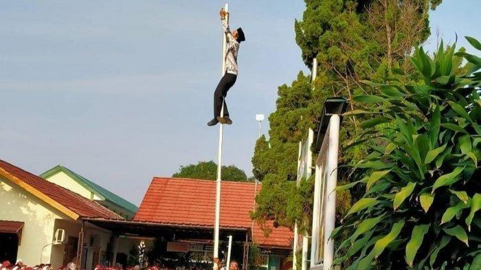 VIRAL Guru di Depok Panjat Tiang Bendera di Sekolah saat Upacara Hari Guru, Ini Cerita di Baliknya