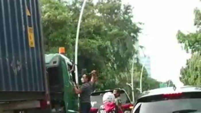 Aksi penganiayaan pengemudi Mitsubishi Pajero Sport kepada sopir truk kontainer di Jakarta Utara.