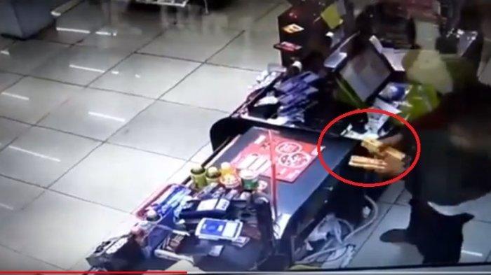 Aksi perampok di Alfamart Jalan Pahlawan, Bogor Selatan, Kota Bogor, Senin (9/4/2018).