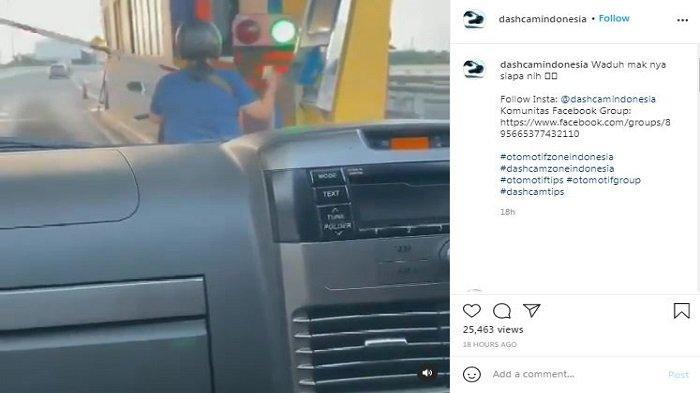 Viral video emak-emak atau ibu-ibu naik motor masuk ke Tol (GT) Angke 1 Jalan Tol Dalam Kota, Jakarta Utara, pada Selasa (20/4/2021) pukul 17.01 WIB.