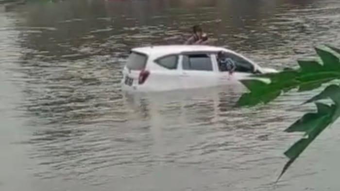 3 Orang Tewas, Ini Kronologi Mobil Satu Keluarga Terjun ke Sungai, Korban Terjepit di Jok Belakang