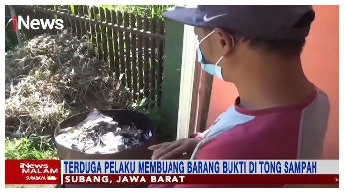 Saksi saat menunjukkan lokasi wanita misterius membuang bungkusan hitam tak jauh dari lokasi penemuan mayat Tuti dan Amalia di Subang, Jawa Barat.