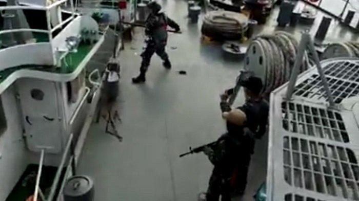 Anak buah kapal KRI KRI Tjiptadi 381 menodongkan senjata dan mencoba menghalau kapal Vietnam dengan linggis