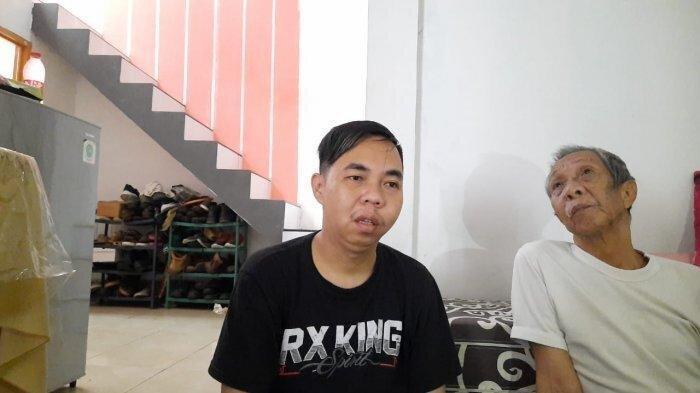 Anak Pak Ogah menceritakan kondisi Pak Ogah kepada Wartawan, diungggah Wartakotalive.com pada Rabu (26/5/2021)/Rangga Baskoro. Keluarga Pak Ogah katakan kesulitan biayai pengobatan.
