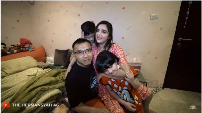 Anang, Arsy dan Arsya Hermansyah memeluk Ashanty yang dinyatakan sembuh dari Covid-19, Sabtu (6/3/2021).