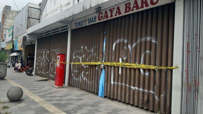 Situasi terkini Toko Mas Gaya Baru yang dirampok kemarin. Toko emas ini dirampok sekelompok orang, sang pemilik tewas dibunuh.