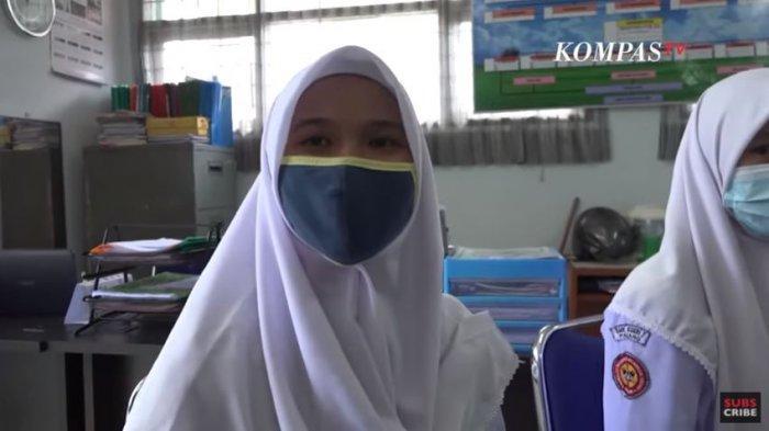 Elizabet Anggelia Zega, siswi non-muslim di SMKN 2 Padang yang mengaku memakai jilbab karena peraturan dan ingin menyesuaikan diri dengan lingkungan di sekitarnya.