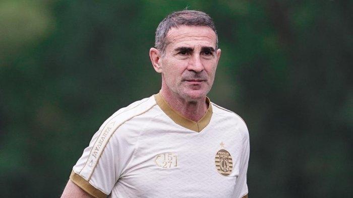 Pelatih Persija Jakarta, Angelo Alessio sudah mulai mengomandoi latihan Macan Kemayoran untuk menghadapi Liga 1 2021.