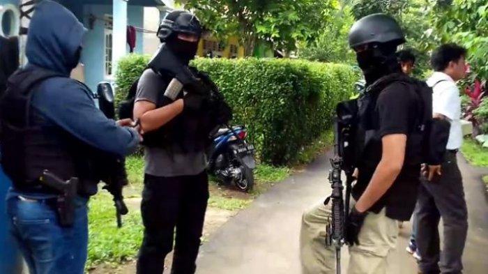 Anggota Densus 88 sedang mendekati sebuah rumah yang dihuni terduga teroris di Setu, Tangerang Selatan, Rabu (21/12/2016).