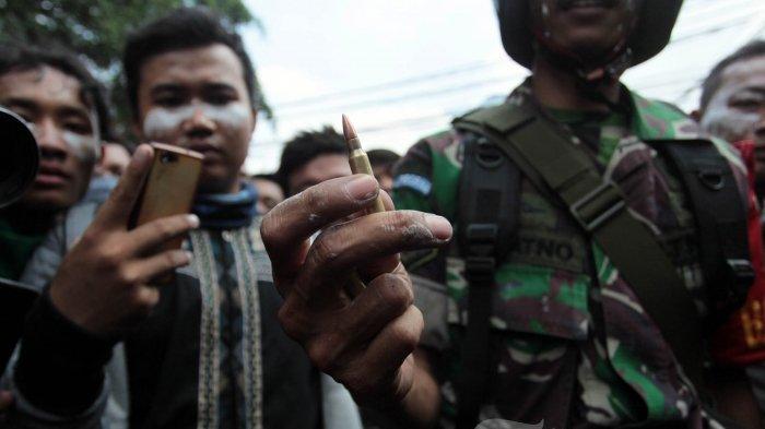 Anggtoa TNI menunjukkan peluru yang ditemukan usai massa demonstrasi terlibat bentrok dengan aparat kepolisian di kawasan Slipi, Jakarta Pusat, Rabu (22/5/2019). Massa aksi yang sebelumnya berunjuk rasa di depan Bawaslu, menyerang asrama Brimob Petamburan, dan membakar beberapa kendaraan.