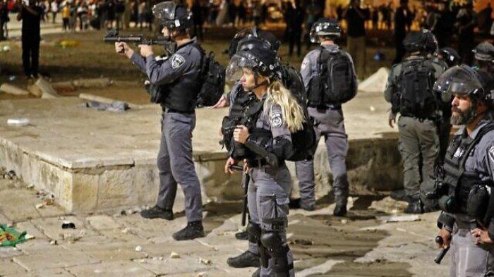 Aparat keamanan Israel menyebar selama bentrok dengan pengunjuk rasa Palestina di Temple Mount, Yerusalem, Jumat (7/5/2021).
