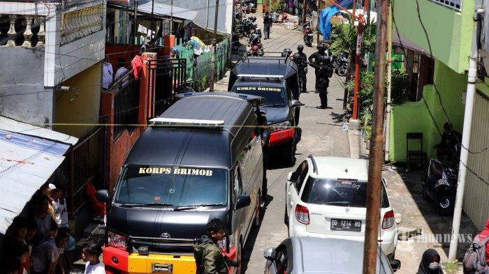 Aparat mengamankan barang bukti saat melakukan penggeledahan di rumah tersangka bom bunuh diri Gereja Katedral Makassar, Senin (29/3/2021).