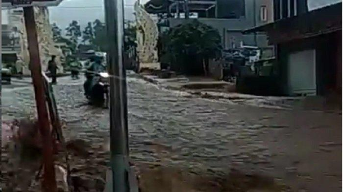 Viral di Ig Detik-detik Pengendara Motor Jatuh Terseret Banjir ke Selokan hingga Meninggal Dunia