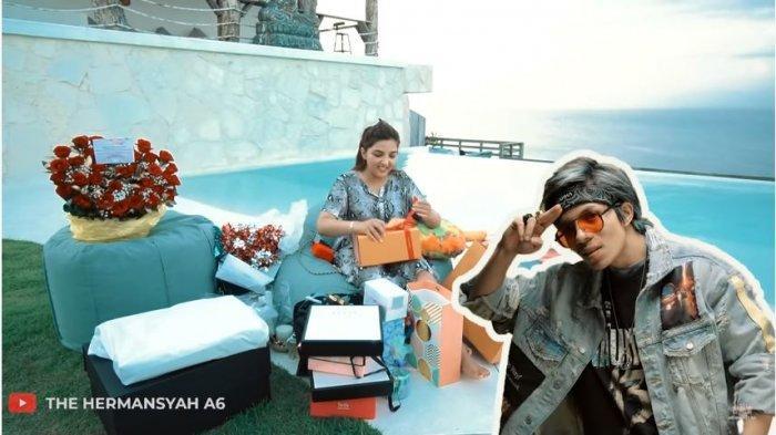 Ashanty dalam kanal YouTube The Hermansyah A6, Jumat (6/11/2020). Ashanty sumringah membuka kado dari Atta Halilintar.