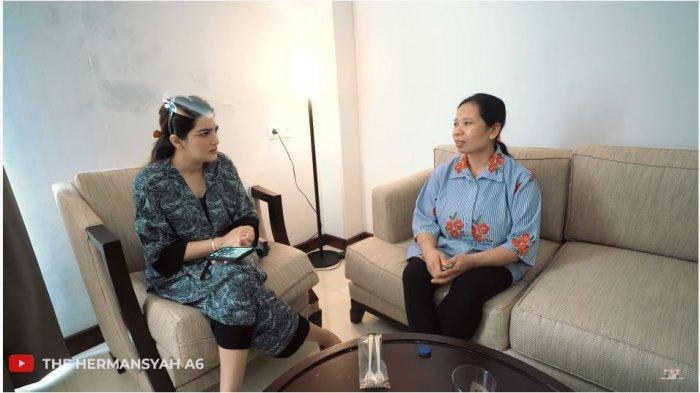 Penyanyi Ashanty (kiri) dan pengasuh anaknya, Suteng atau Suwarsih dalam tayangan di kanal YouTube The Hermansyah A6, Rabu (22/7/2020). Ashanty terkejut saat Suteng meminta pulang kampung dan tidak ikut kembali ke Jakarta.
