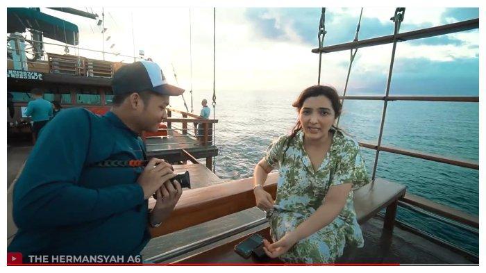 Ashanty dan Azriel dalam kanal YouTube The Hermansyah A6, Minggu (6/9/2020). Ashanty hanya meringis saat Azriel minta izin beli jetski.