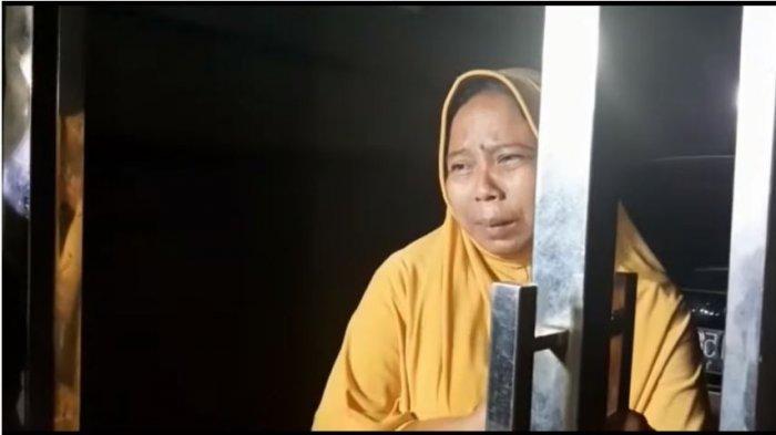 Asisten rumah tangga keluarga Ririe Fairus, Siti Munawaroh, menangisi nasib anak-anak Ayus yang terdampak perselingkuhan sang ayah dengan Nissa Sabyan, Kamis (25/2/2020). (Capture YouTube Star Story)