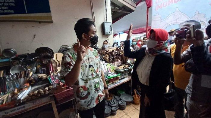 Wali Kota Solo yang baru beberapa jam dilantik Gibran Rakabuming Raka saat meninjau persiapan vaksinasi Covid-19 di Pasar Gede Solo, Jumat (26/2/2021).