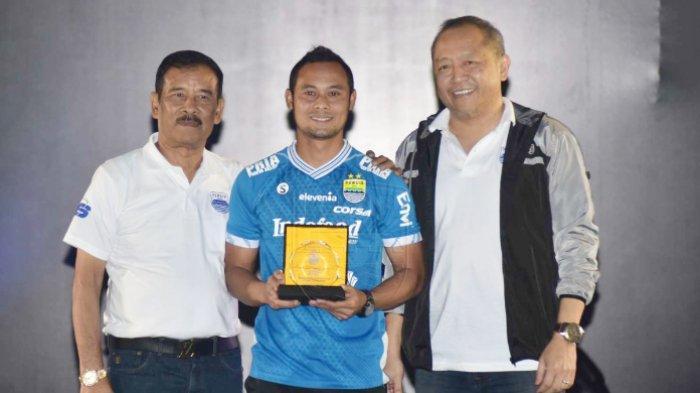 Atep dianugerahi penghargaan oleh Persib Bandung dan kembali mengenakan seragam Maung Bandung