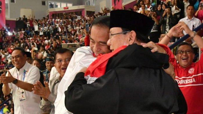 Atlet pencak silat Hanifan menyatukan Jokowi dan Prabowo dalam satu pelukan di podium Padepokan Pencak Silat, Taman Mini Indonesia Indah (TMII) saat Asian Games pada 29 Agustus 2018 lalu.