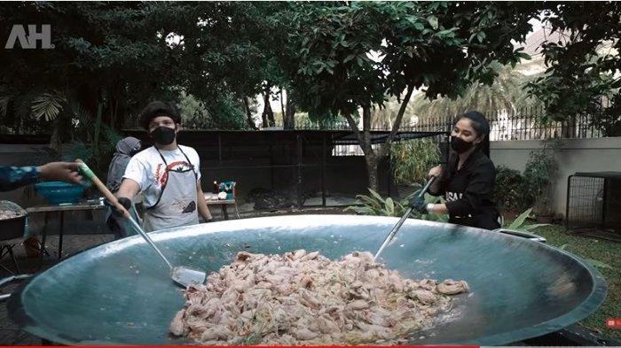 Atta Halilintar dan chef Gina saat mengaduk ayam di dalam wajan. Atta Halilintar merasakan kelelahan saat mengaduk ayam.
