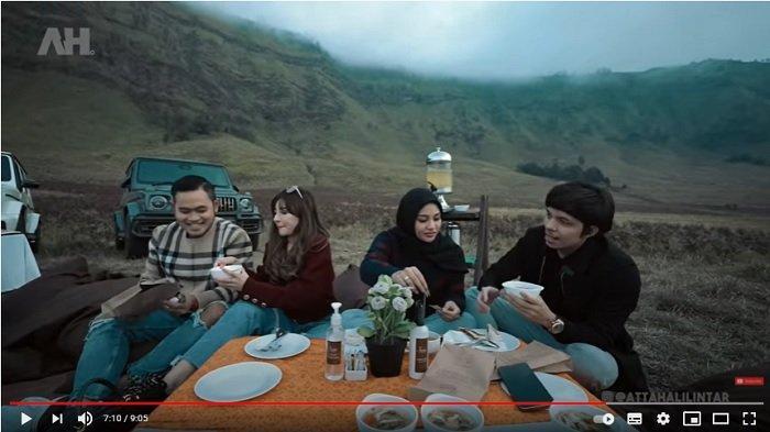 Atta Halilintar dan Aurel Hermansyah berada di Gunung Bromo
