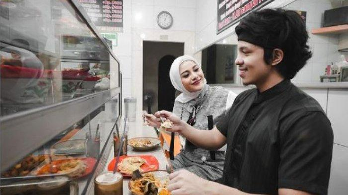 Atta Halilintar dan Aurel Hermansyah berbuka puasa di warteg, Kamis (30/4/2021).