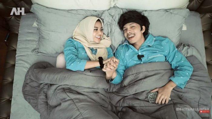 Atta Halilintar dan Aurel Hermansyah bercakap-cakap sembari berbaring bersama di kasur, Kamis (29/4/2021).