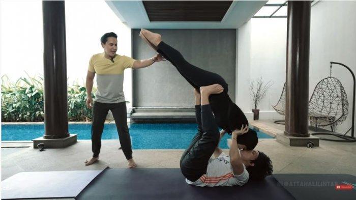 Atta Halilintar dan Aurel Hermansyah berhasil melakukan birdie pose saat belajar yoga Kamasutra, Selasa (4/5/2021).
