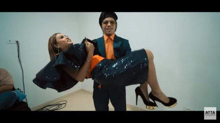 Atta Halilintar dan Aurel Hermansyah dalam kanal YouTube Atta Halilintar, Rabu (11/11/2020). Atta menggendong Aurel saat akan tampil bersama dalam sebuah acara.