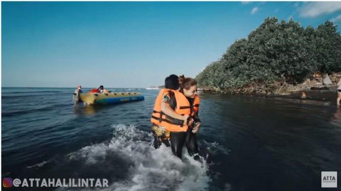 Atta Halilintar dan Aurel Hermansyah dalam kanal YouTube Atta Halilintar, Rabu (16/9/2020). Momen romantis Atta dan Aurel bermain di pantai saat berlibur bersama di Bali.