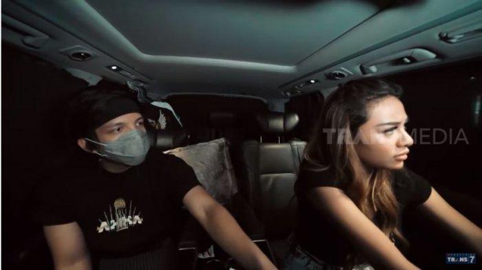 Atta Halilintar dan Aurel Hermansyah dalam kanal YouTube TRANS7 OFFICIAL, Senin (26/10/2020). Aurel bertengkar dengan Atta dan mengancam akan turun dari mobil yang tengah berjalan.