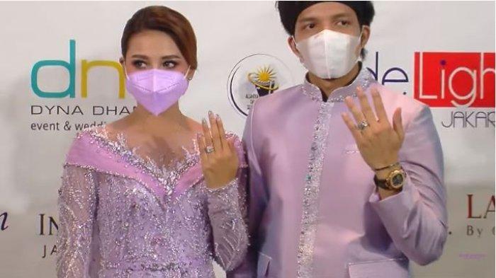 Atta Halilintar dan Aurel Hermansyah memamerkan cincin lamaran yang dikenakan di jari manisnya, Sabtu (13/3/2021).