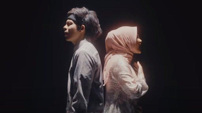 Tangkapan layar - Video klip lagu baru Atta Halilintar dan Aurel Hermansyah berjudul Takbir, Rabu (12/5/2021).