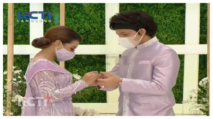 Atta Halilintar dan Aurel Hermansyah pasang cincin saat prosesi lamaran, Sabtu (13/3/2021).