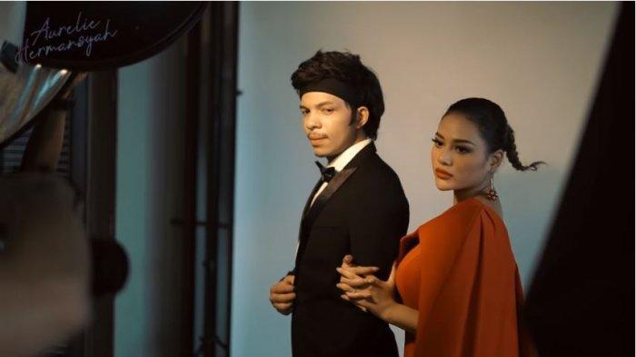 Atta Halilintar dan Aurel Hermansyah saat berpose untuk foto prewedding bertema 'The Great Gatsby', Rabu (31/3/2021).