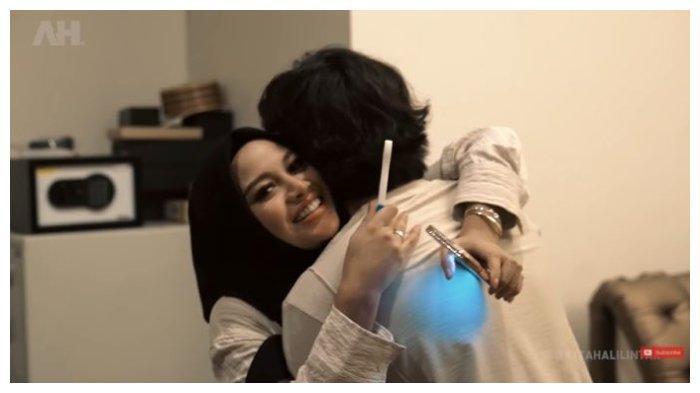 Momen Atta Halilintar histeri memeluk sang istri, Aurel Heramnsyah , Jumat (7/5/2021).