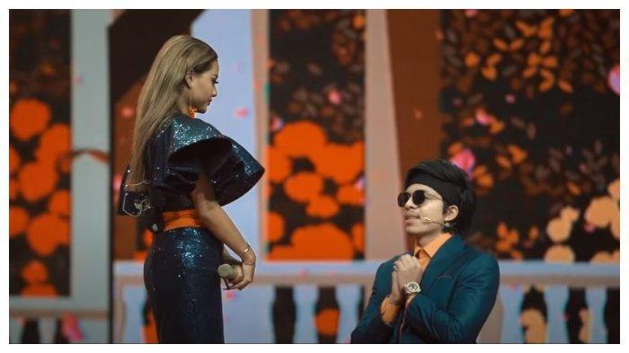 Atta Halilintar lamar Aurel Hermansyah di atas panggung, Jumat (13/11/2020).