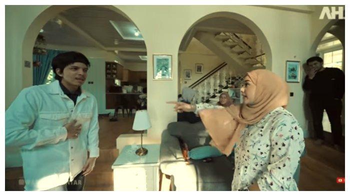 Tangkapan layar momen Atta Halilintar marah karena Atta Halilintar tak mau dicium, Jumat (28/5/2021).