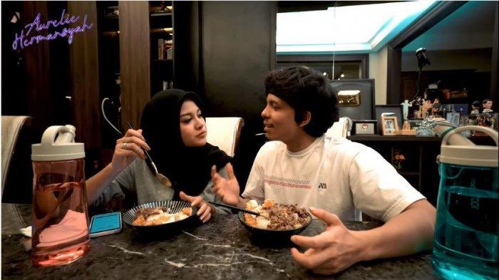 Atta Halilintar memuji hasil masakan Aurel Hermansyah, Selasa (20/4/2021).