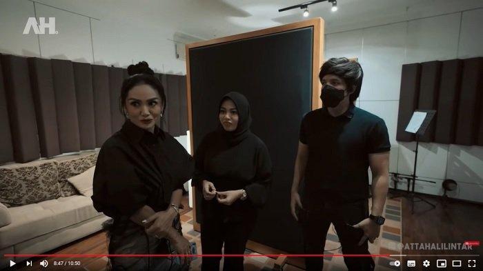 Atta Halilintar mendampingi Aurel Hermansyah dan Krisdayanti rekaman.