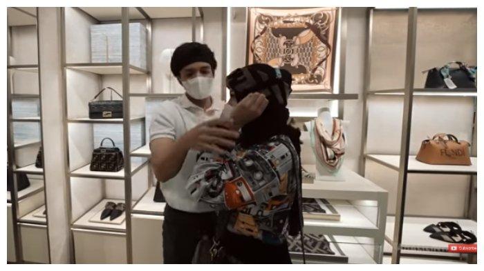 Tangkapan layar momen saat Atta Halilintar paksa Aurel Hermansyah untuk memakai bandana, Minggu (27/6/2021).