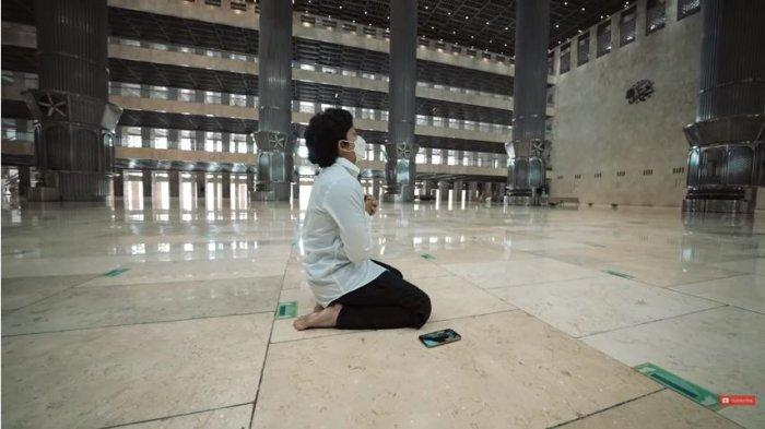 Atta Halilintar saat berdoa di Masjid Istiqlal, Jakarta, Jumat (26/2/2021). Atta dan Aurel merencanakan akan menggelar akad nikah di Masjid Istiqlal.