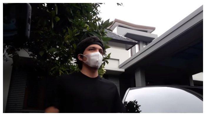 Atta Halilintar ungkapkan kondisi terkini istrinya, Aurel Hermansyah, saat ditemui di rumahnya di kawasan Pondok Indah, Jakarta.